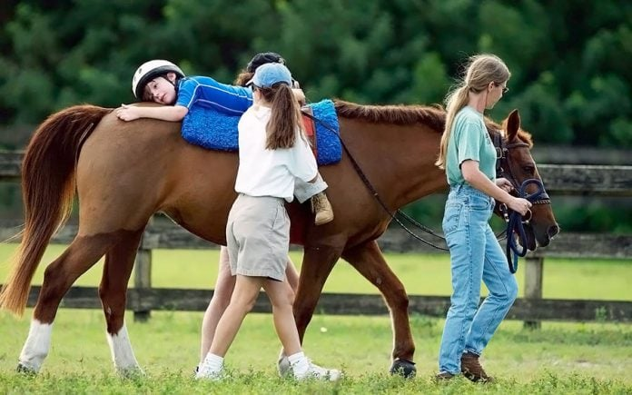 Иппотерапия лошадьми, лечение детей и взрослых